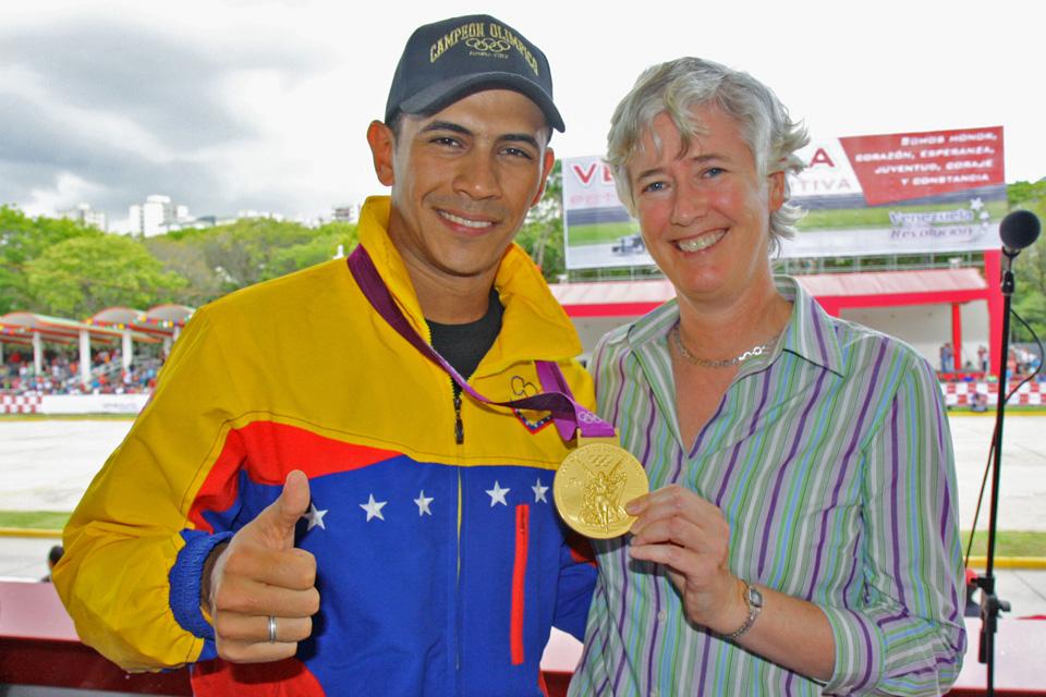 Embajadora Catherine Nettleton con el campeón olímpico Rubén Limardo