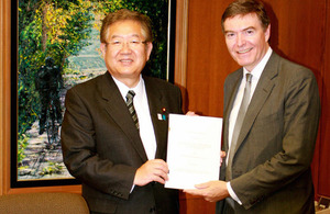 Japanese Parliamentary Vice-Minister of Defence Akira Sato and UK Minister for Defence Equipment, Support and Technology Philip Dunne with the Letter of Arrangement [Picture: Crown copyright]