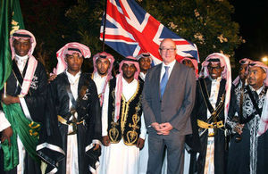 """السفير البريطاني لدى السعودية، السير جون جينكيز، مع مجموعة سعودية تؤدي رقصة """"العرضة"""""""