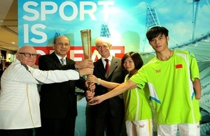 Consul General Alastair Morgan hands over a 2012 London Olympic torch to Brazilian Consul General in Guangzhou José Vicente Lessa. Also in photo (first left: David Stedall, 2012 Olympic torch bearer; Ms Lin Ping and Mr Liu Fuliang, both 2012 London Paraly