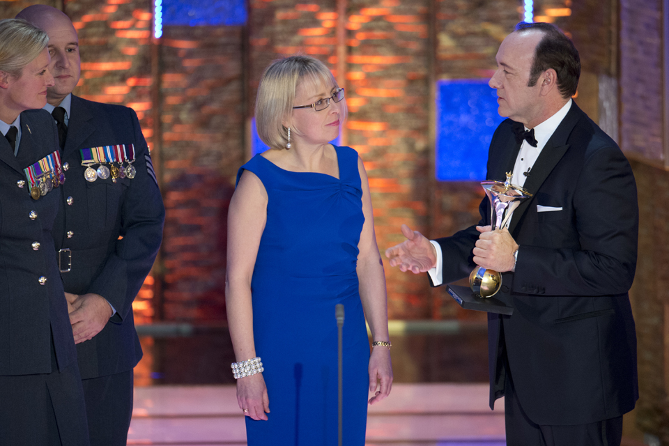 Anne Brannagan receives a Judges' Special Recognition Award from actor Kevin Spacey