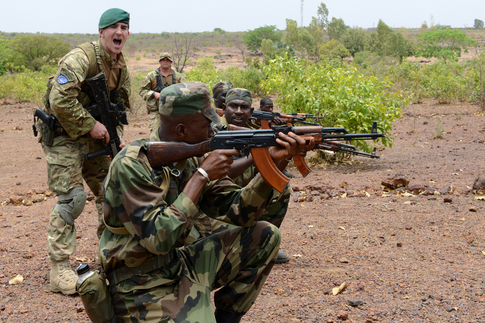 UK trainer gives Malian soldiers fire control orders