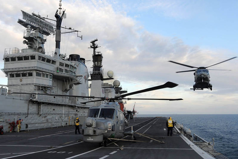 A French NH90 Caiman helicopter from 33F Squadron, based at Lanvéoc Naval Air Station, prepares to land on HMS Illustrious