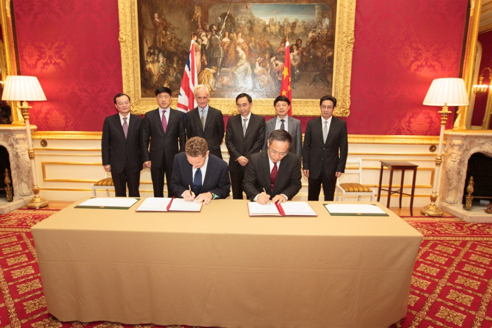Minister Barker and the Governor of Guangdong (People's Republic of China), Zhu Xiaodan sign the statement.