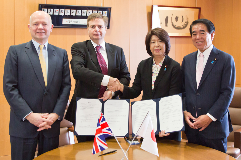 British Foreign Secretary William Hague  and MEXT Minister Hakubun Shimomura witness an MOU signing between MEXT and British Council on English language training.