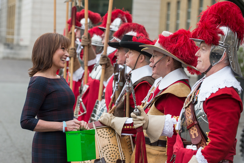 Lorraine Kelly talking to the Pikemen and Musketeers of the Honourable Artillery Company