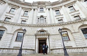 Le chancelier de l'Echiquier George Osborne a prononcé le discours d'automne le 5 décembre 2013 devant le Parlement.