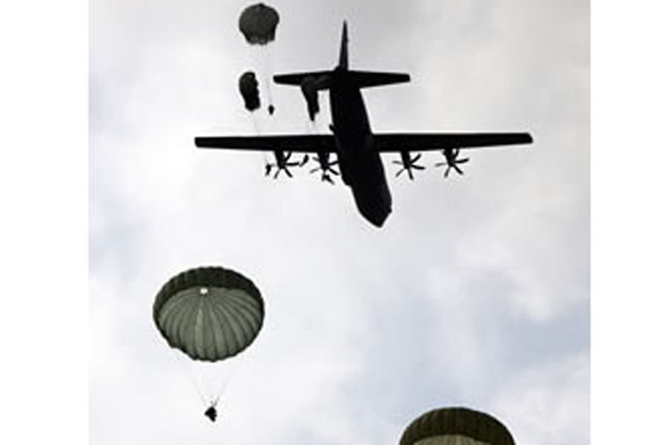 5 soldiers from 2 PARA launched themselves onto the drop zone from an American C-130 aircraft
