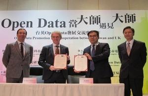 英國ODI (Open Data Institute)的共同創辦人兼主席Sir Nigel Shadbolt與台灣「開放資料聯盟」彭啟明會長共同簽訂合作意向書