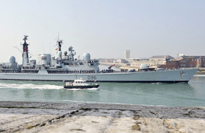 HMS Gloucester sails into Portsmouth