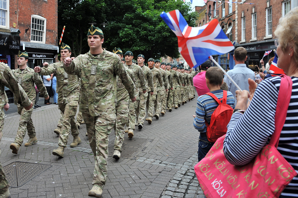 Crowds cheer as soldiers march through Worcester