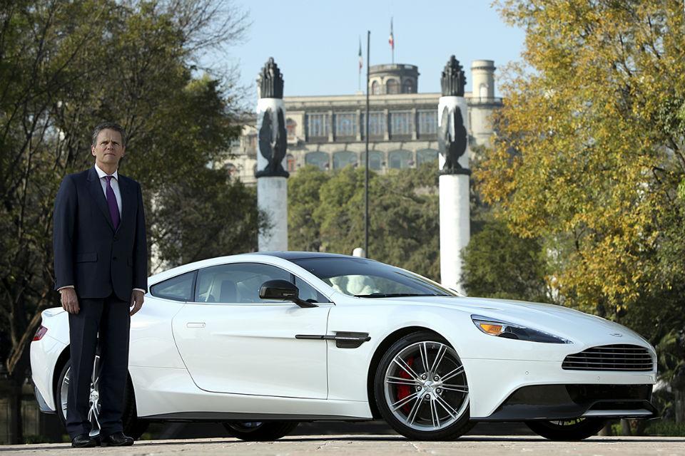 El Embajador británico Duncan Taylor celebra la llegada de Aston Martin a México