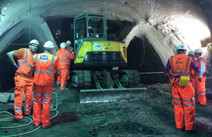 Stephen Hammond meets apprentices at Crossrail's Whitechapel station site