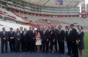 Ministro británico para América Latina, Hugo Swire con empresas británicas autoridades y funcionarios peruanos en el Estadio Nacional
