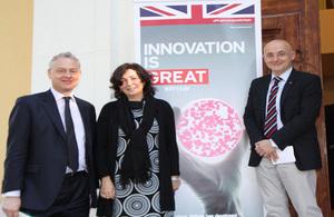 El embajador Simon Manley junto a otros participantes del debate