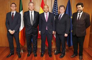 El embajador Simon Manley junto a otros participantes de la conferencia
