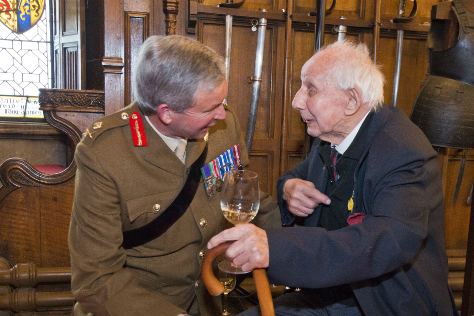 Major General Eeles chats to WW2 veteran Jimmy Sinclair