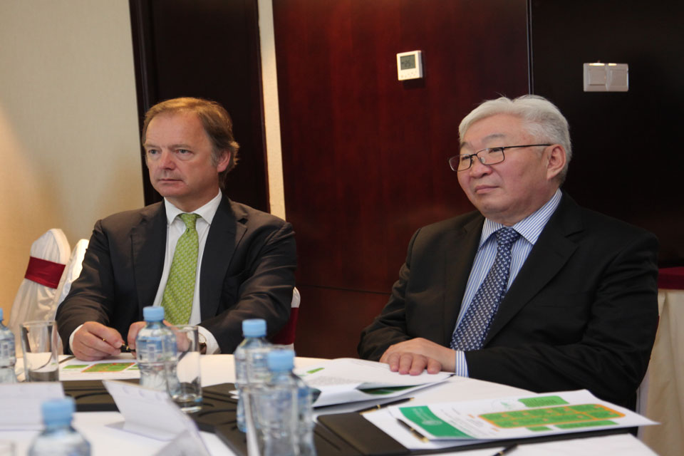 Minister Swire and Mr Bat-Uul, Mayor of Ulaanbaatar City, during TEST presentation on 22 May 2014 in Ulaanbaatar, Mongolia