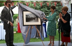 Ambassador Jonathan Allen and Christine Day, daughter of Sir William Harpham, the first British Ambassador to Bulgaria (1964-1966), unveiled a photograph of the ceremony in which Sir William Harpham presented his credentials