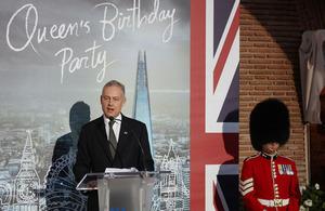 El Embajador británico a España durante las celebraciones del cumpleaños de la Reina Isabel II