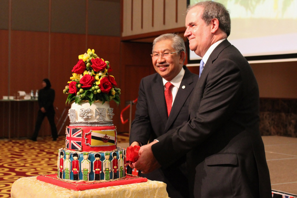 Yang Berhormat Pehin Orang Kaya Laila Setia Dato Seri Setia Haji Abd Rahman bin Haji Ibrahim and His Excellency David Campbell cutting the cake