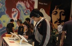 Jovens da periferia de SP na mostra Beatles – 50 anos de história