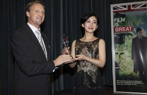 """6月9日晚,英国驻沪总领事戴伟绅授予中国大陆著名演员秦海璐""""GREAT英国电影推广大使""""称号。"""