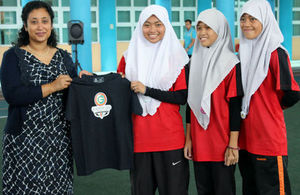 Acting British High Commissioner Mrs Sunny Ahmed presenting one of the winning teams with Glasgow 2014 tshirts