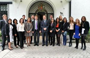 Durante su visita a Colombia el Ministro Británico de Estado para Latinoamérica, Hugo Swire, se reunió conlos becarios colombianos que estudiarán en el Reino Unido a partir de septiembre de 2014
