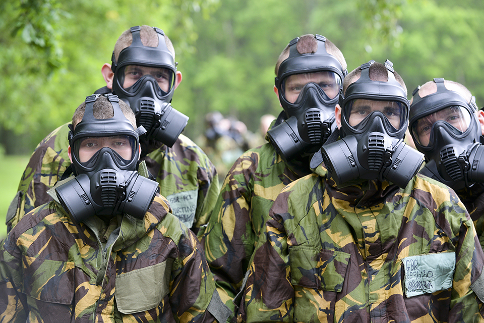 Army recruits wearing the new general service respirator