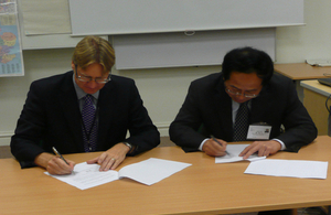 Photo of Richard Sanders and Han Yi signing the Memorandum of Understanding