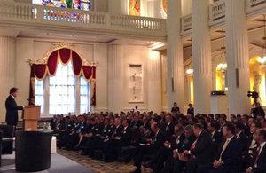Ministro Hugo Swire ante delegación de empresarios y representantes del gobierno chileno.