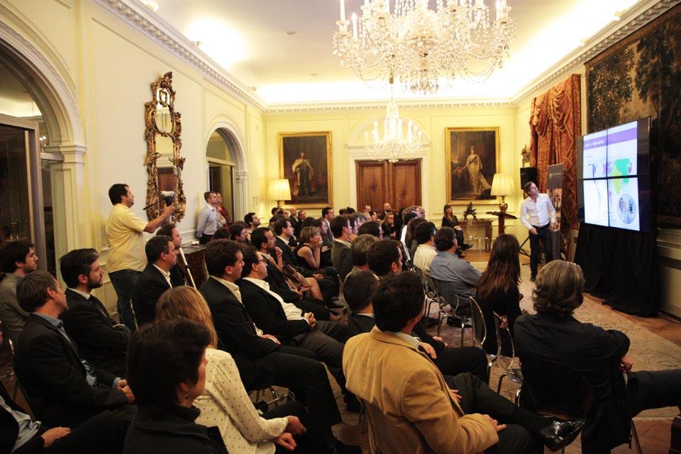El evento reunió a más de 80 becarios Chevening y referentes empresariales y políticos