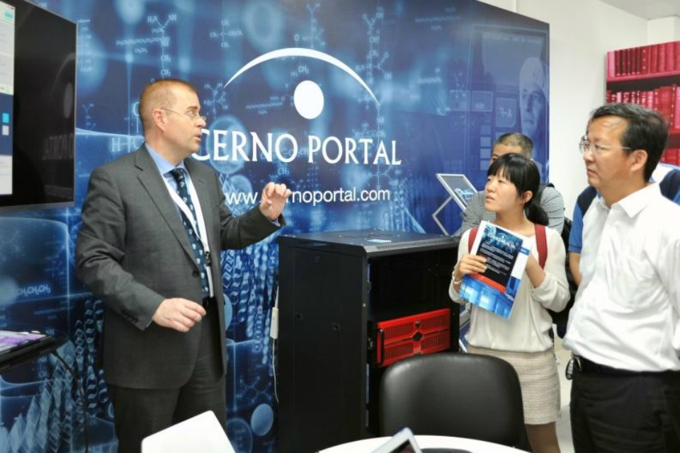 A UK participant from Cerno discusses his services with Chinese visitors to the demonstration centre