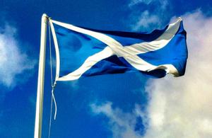 El rojo, blanco y azul de la Bandera de la Unión ha sido reemplazado por un simple fondo azul y una gran cruz blanca que sale de cada esquina.