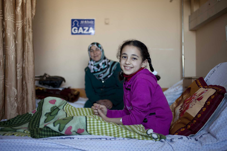 9-year-old Weam and her mum, pictured recovering after her operatio in hospital in Gaza. Picture: Abbie Trayler-Smith/Panos for DFID