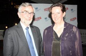 Embajadora Fiona Clouder con el Sr. Frédéric Jenny, Presidente del Comité de Competencia de la OCDE.