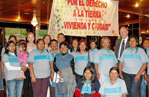 Representantes de la Red de Mujeres Líderes, junto al embajador británico Ross Denny y Lisa Stead, representante de Habitat para la Humanidad Gran Bretaña