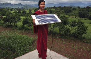 Indian woman holding a solar panel. © Abbie Trayler-Smith / Panos Pictures / Department for International Development