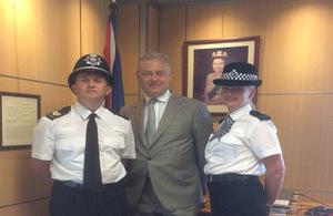El embajador británico con los policías británicos que patrullarán las calles de Magaluf