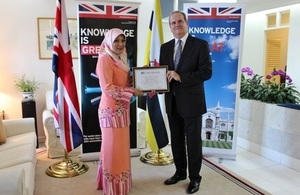 British High Commissioner David Campbell presenting Senior Superintendent Dinah with a certificate