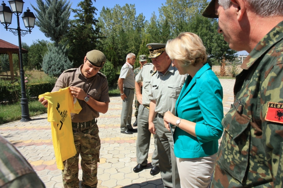 WG Maj Andrew Dunlop introduces the Minister of Defence Mrs Mimi KODHELI and the Albanian Armed Forces Chief of Defence Major General Jeronim BAZO the T-Shirt symbol of the 100 Anniversary of the WG Regiment 1915-2015