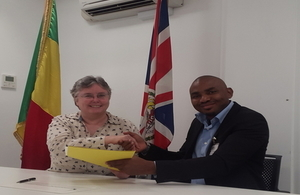 Ambassador Jo Adamson and Mohamed Keita, Managing Director of Bamako Impact Hub shaking hands