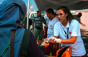 A Red Cross doctor provides medical attention to a migrant entering Macedonia from Greece. Photo: John Engedal Nissen / Danish Red Cross
