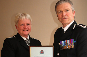 Ch Insp Lynne Blackburn receives her commendation from the Chief Constable