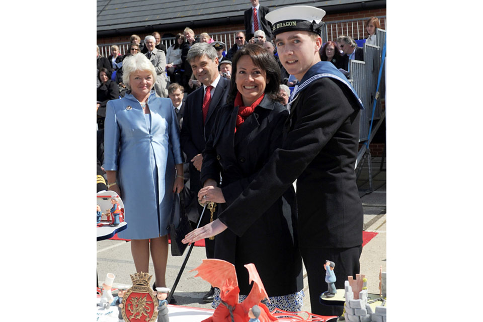 The cutting of the commissioning cake was performed by Mrs Liesl Houston, the Commanding Officer's wife, and Engineering Technician Mark Soldiew, aged 18, the youngest member of the ship's company