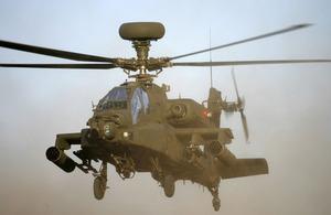 helicoptero apache defendiendo a los soldados americanos