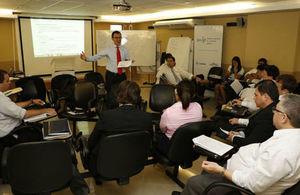 Javier Encincas en charla con los funcionarios del Gobierno (credit: La Nacion)