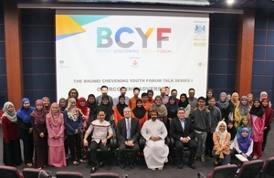 David Campbell, British High Commissioner to Brunei Darussalam and Sheikh Ahmed bin Hashel bin Rashed bin Hashel Al-Maskari, Ambassador of the Sultanate of Oman to Brunei Darussalam and Chevening Alumnus in a group photo with the forum participants