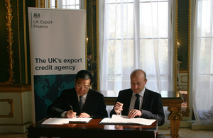 Louis Taylor and Wang Yi sign UKEF-SINOSURE reinsurance agreement.